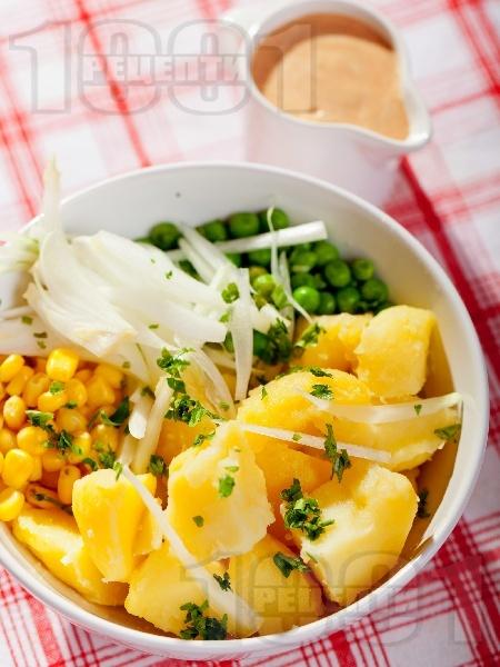 Картофена салата с грах, царевица и лук и сос от майонеза, кетчуп, горчица и лимонов сок - снимка на рецептата